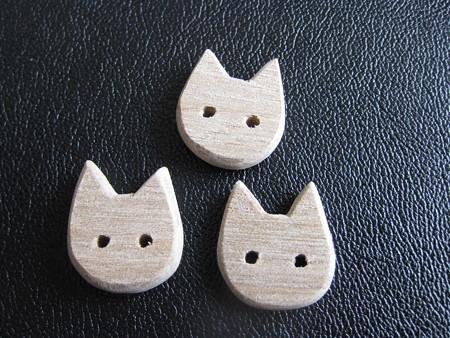 ハンドメイドの猫ボタン