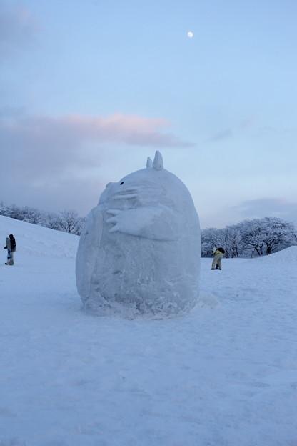 夕暮れのトトロの雪像