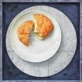 写真: パンと皿