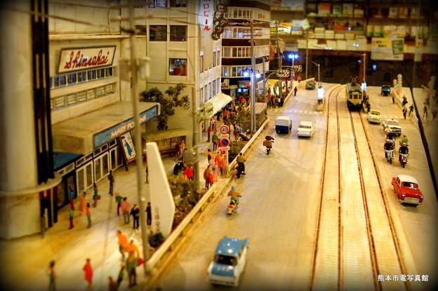 熊本パルコ前の1960年代当時の様子。パルコには昔「新世界」という映画館があったんだそうです。速度標識の後ろあたりが「パル玉」でしょうか。今とはまったく雰囲気が違います。