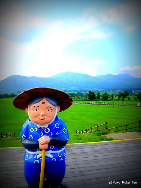 「あそ望の郷くぎの」のかなばあちゃんと阿蘇の山々。
