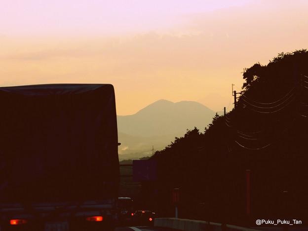 立野の国道57号から眺めた熊本市内方面の夕焼け。