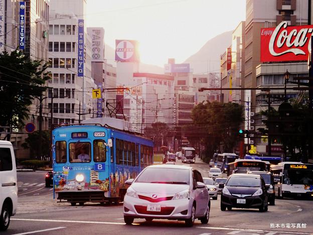 種々雑多な乗り物が走る熊本の街。