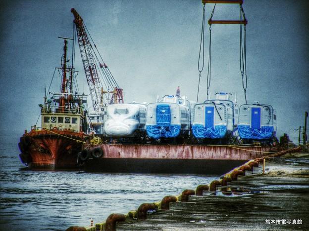 海に浮かぶN700系新幹線。