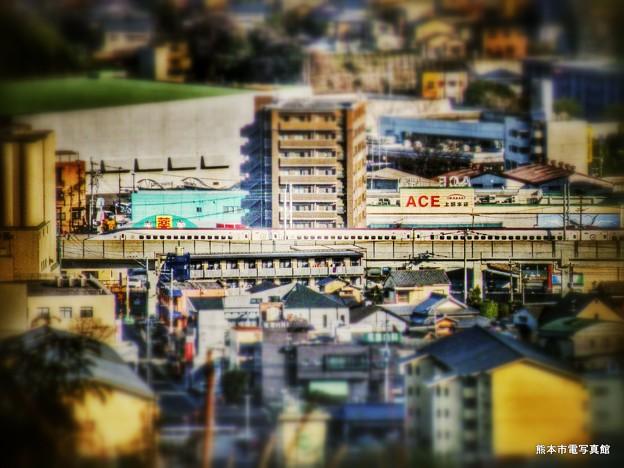 上熊本の住宅街を駆け抜ける博多行き800系新幹線つばめ。