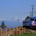 海岸線を走る電車  ひみぼうずくん 立山連峰と女岩(2)