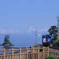 海岸線を走る電車 ひみぼうずくん 立山連峰と女岩(1)