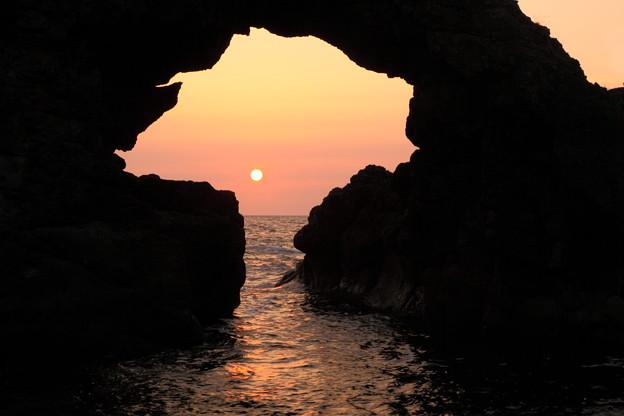機具岩(はたごいわ) 岩穴に沈む夕陽(1)