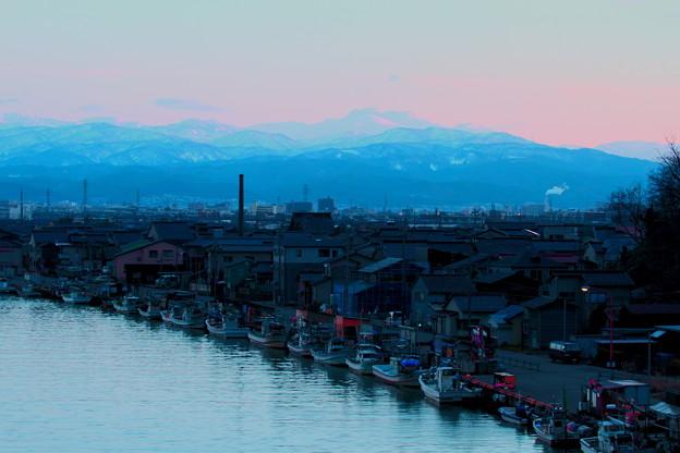 旧大野港から夕焼けの白山