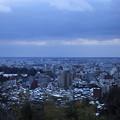 夕暮れの街並みと日本海