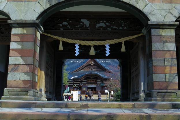 尾山神社 神門と本殿