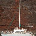 Photos: 岩壁にボート