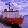 Photos: 横浜港の大桟橋に接岸する砕氷艦しらせ