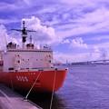 Photos: 横浜ベイブリッジをバックに砕氷艦しらせ