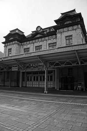 時間が止まった感覚になるレトロな駅・・門司港 モノクロ
