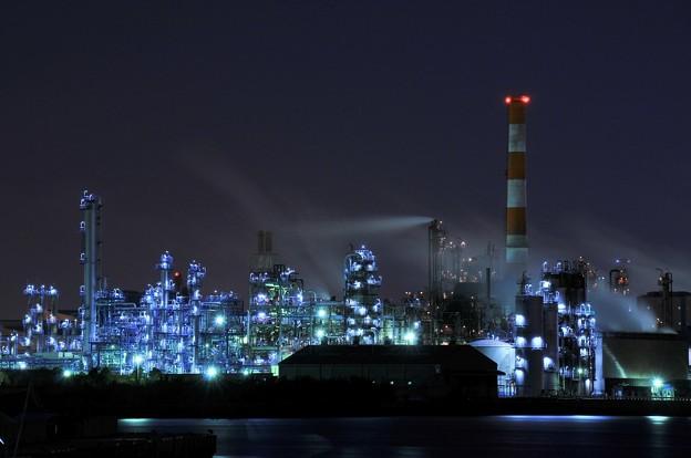 京浜工業地帯の工場夜景 水江運河 青白い光を放ち・・20130126