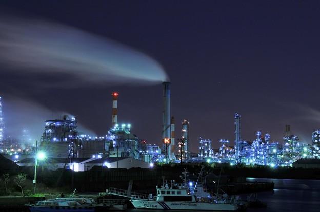 京浜工業地帯の工場夜景 水江運河 煙突からの煙も流れ・・20130126