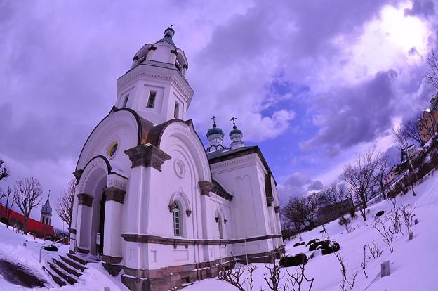 函館の雪の風景・・函館ハリストス正教会 隙間から晴れて青空・・ 魚眼?