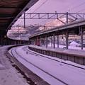 夜降った雪で白くなったホームから・・函館山を