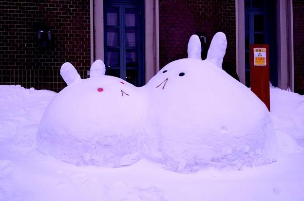 小樽の町並みで雪だるま? うさぎの雪だるま