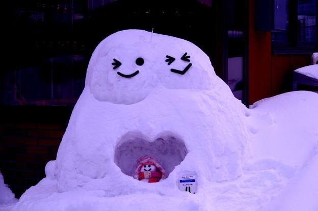 小樽の町並みで雪だるま? ハートなだるま