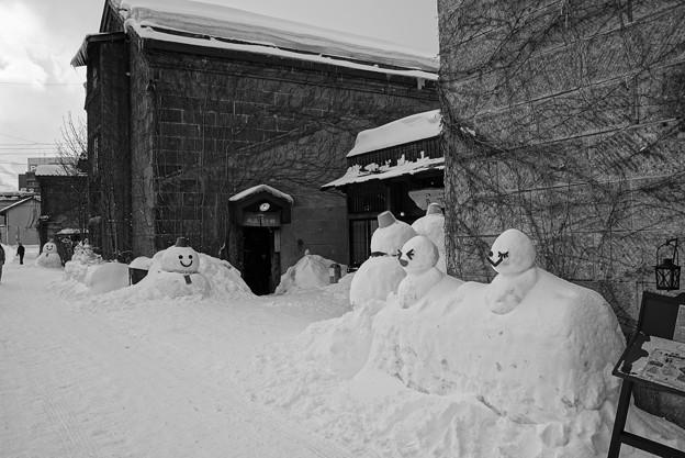 小樽雪あかりの路の雪だるま・・モノクロ