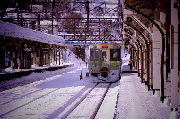 長万部へ出発した函館本線・・雪の小樽駅