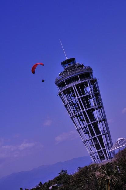 江ノ島のシンボル展望台をパラグライダーで優雅に。。20130428