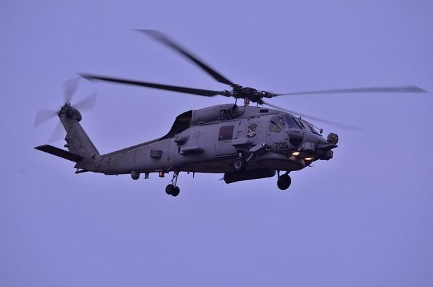 日も暮れて戻って来たHSM-77SABERHAWKS 海洋攻撃飛行隊ヘリ・・厚木基地20130429