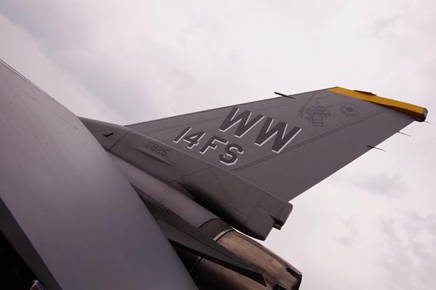 第14戦闘飛行隊サムライF-16の尾...