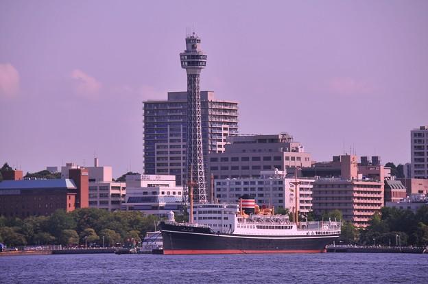海から見る横浜港の夕暮れ風景・・