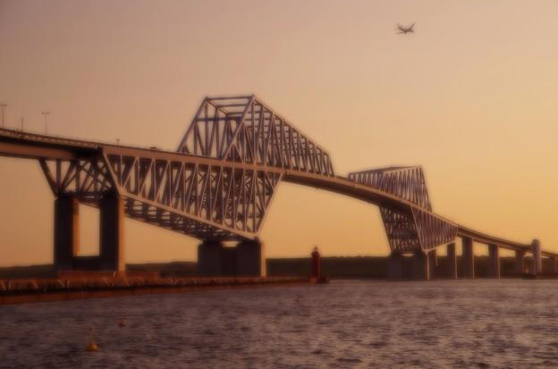 夕方の東京ゲートブリッジと羽田空港へ向かう航空機・・