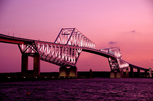 夕焼けに白く光り始める東京ゲートブリッジ