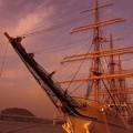 マジックアワーに染まる関門海峡と海王丸・・
