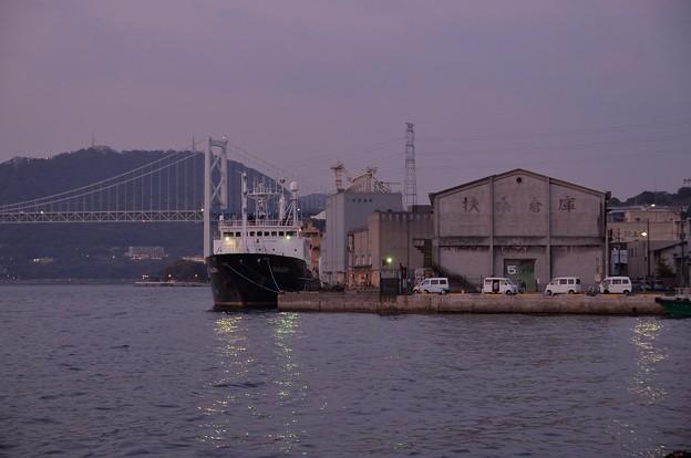 日も落ちて門司港停泊の貨物船・・関門海峡