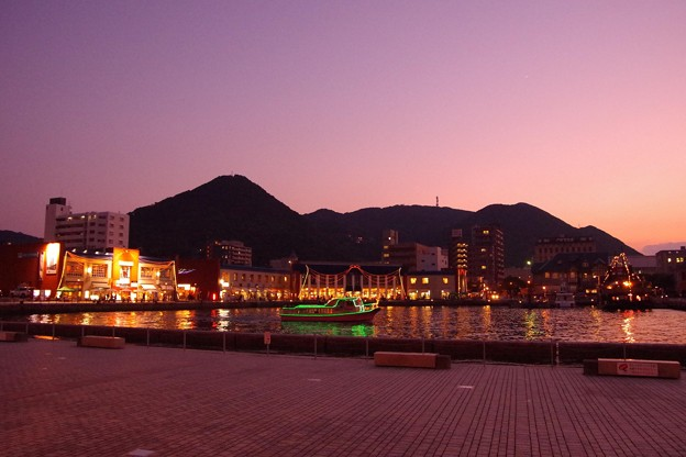 Photos: マジックアワーになって門司港の町・・