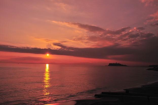 だいぶ傾いた太陽に光の道が海面に・・・20131207