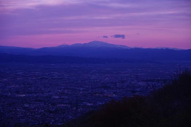 夕焼け時、西蔵王公園から見た月山