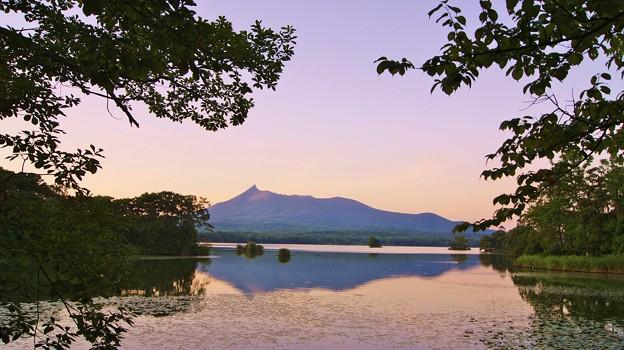 夕暮れの大沼と北海道駒ケ岳