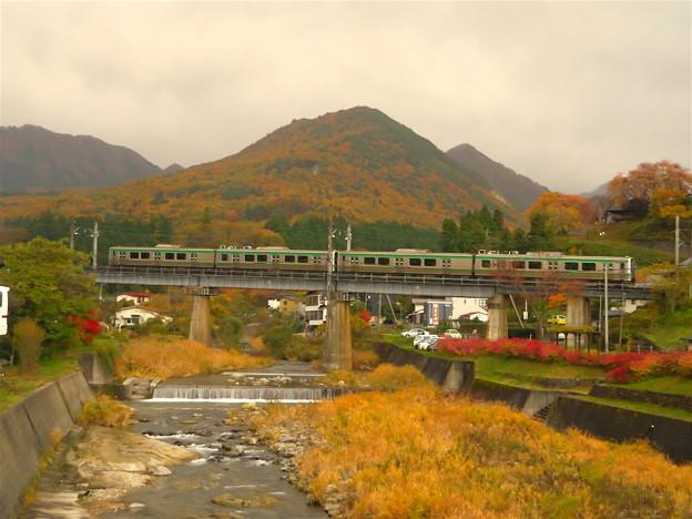 立石川と橋梁を行くE721系