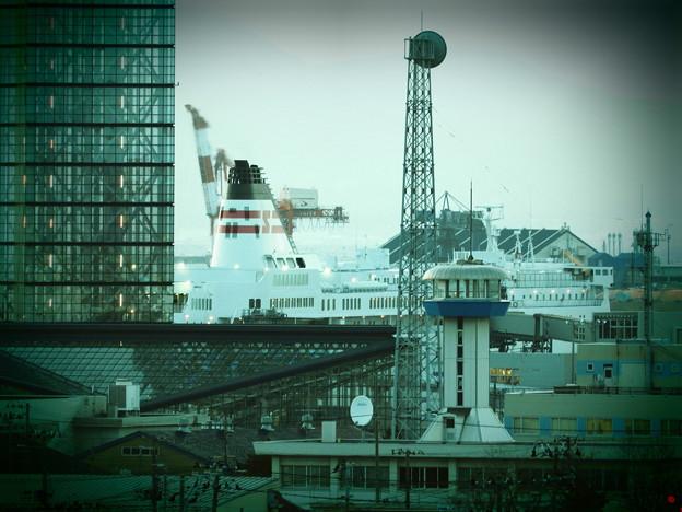秋田港に係留中の新日本海フェリー