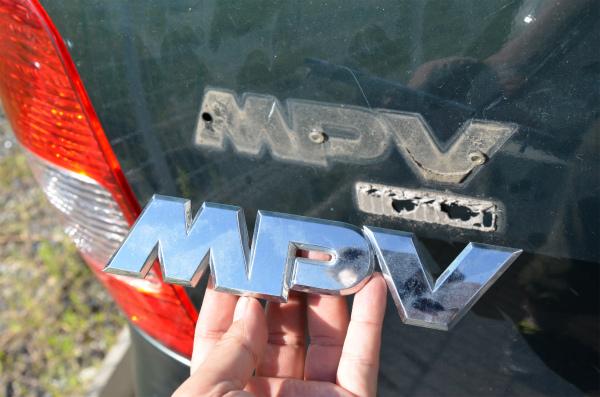 本命の「MPV」のエンブレムを取り外す