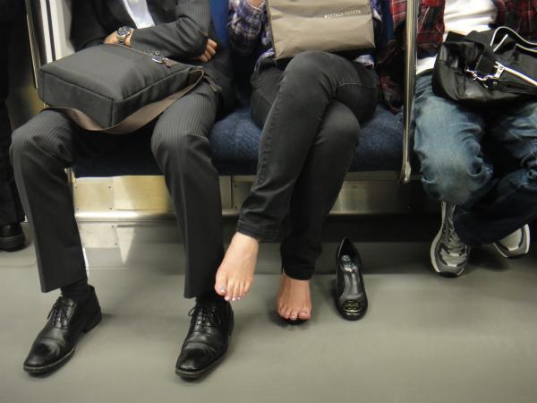 女性が靴を脱いで裸足をさらしていた