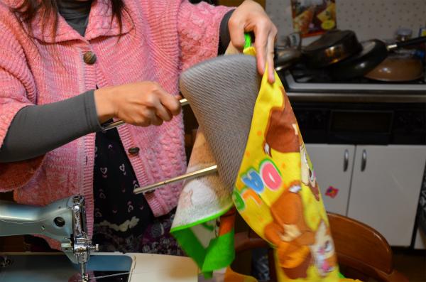 縫い合わせて袋状にしたタオルにヘッドレストを入れる