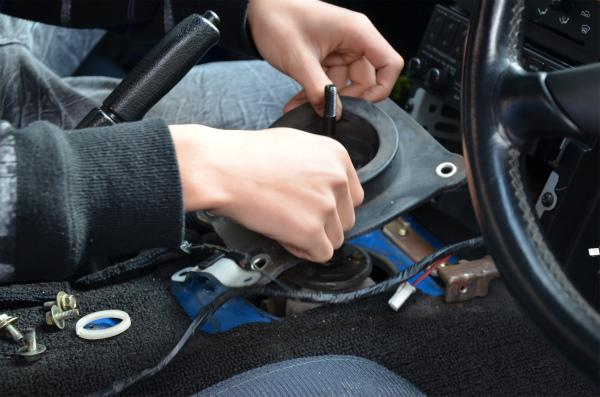 車体と固着したゴムを強引に引っ張って外す