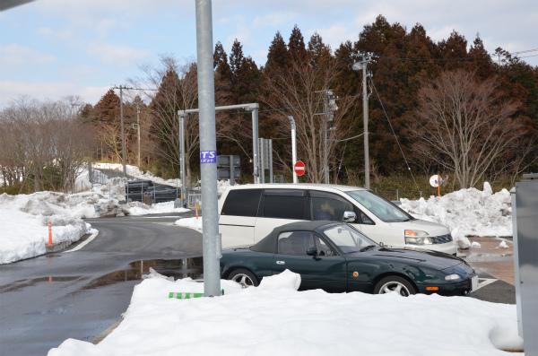 大雪から1週間すぎてもまだ多くの雪が残っている足柄SA