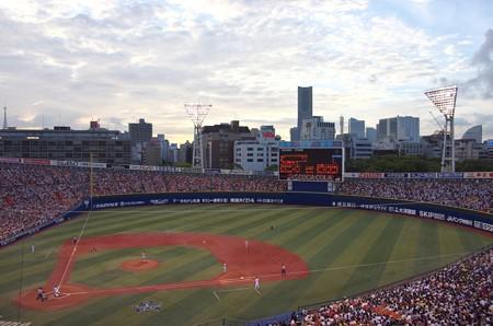 試合開始直後、薄暮の横浜スタジアム