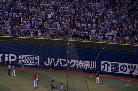 試合後にベイスターズファンに挨拶する広島東洋カープ・石井琢