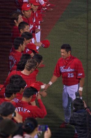 チームメイトと握手する広島東洋カープ・石井琢