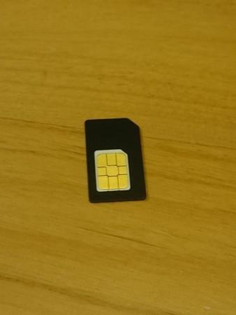 SIMカードのサイズはnanoなのでアダプタで使用
